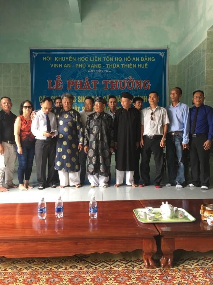 Liên tôn họ Hồ An Bằng tổ chức phát thưởng cho các cháu học sinh